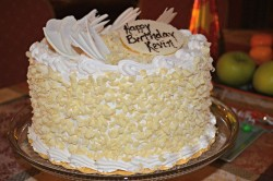 Vanilla cake with white chocolate shavings