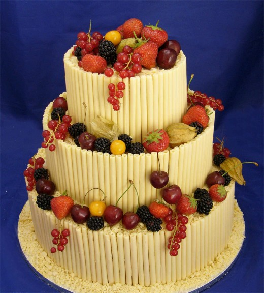 White chocolate cake with fruits