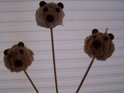 Bear cake pops with cream frosting