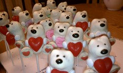Bear cake pops with heart