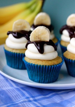 Banana cupcakes with cheese frosting