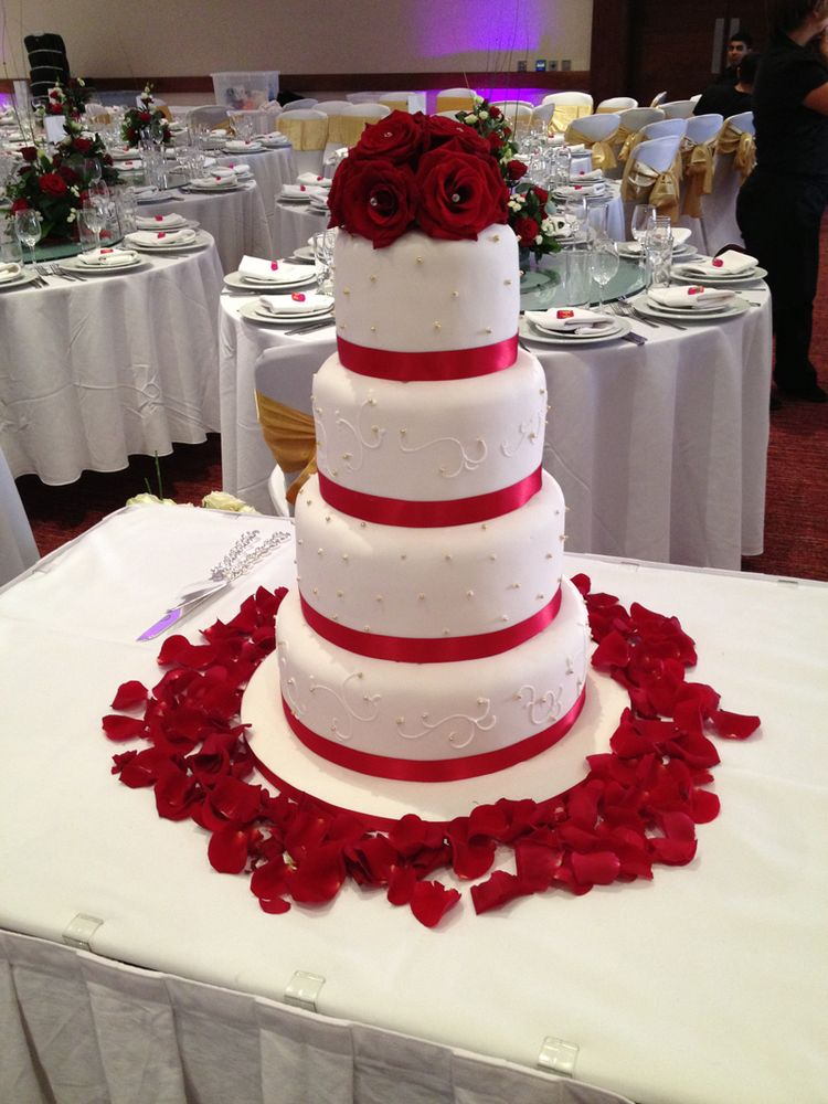 wedding cakes with bunting decoration wedding cake decorations with roses 25994