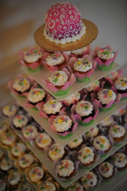 Quinceanera cake with cupcakes