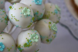 Wedding cake pops with little flowers