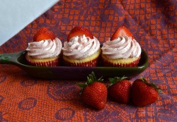 Vanila cupcakes with strawberries