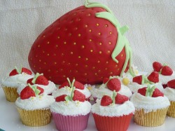 Strawberry cake with cupcakes
