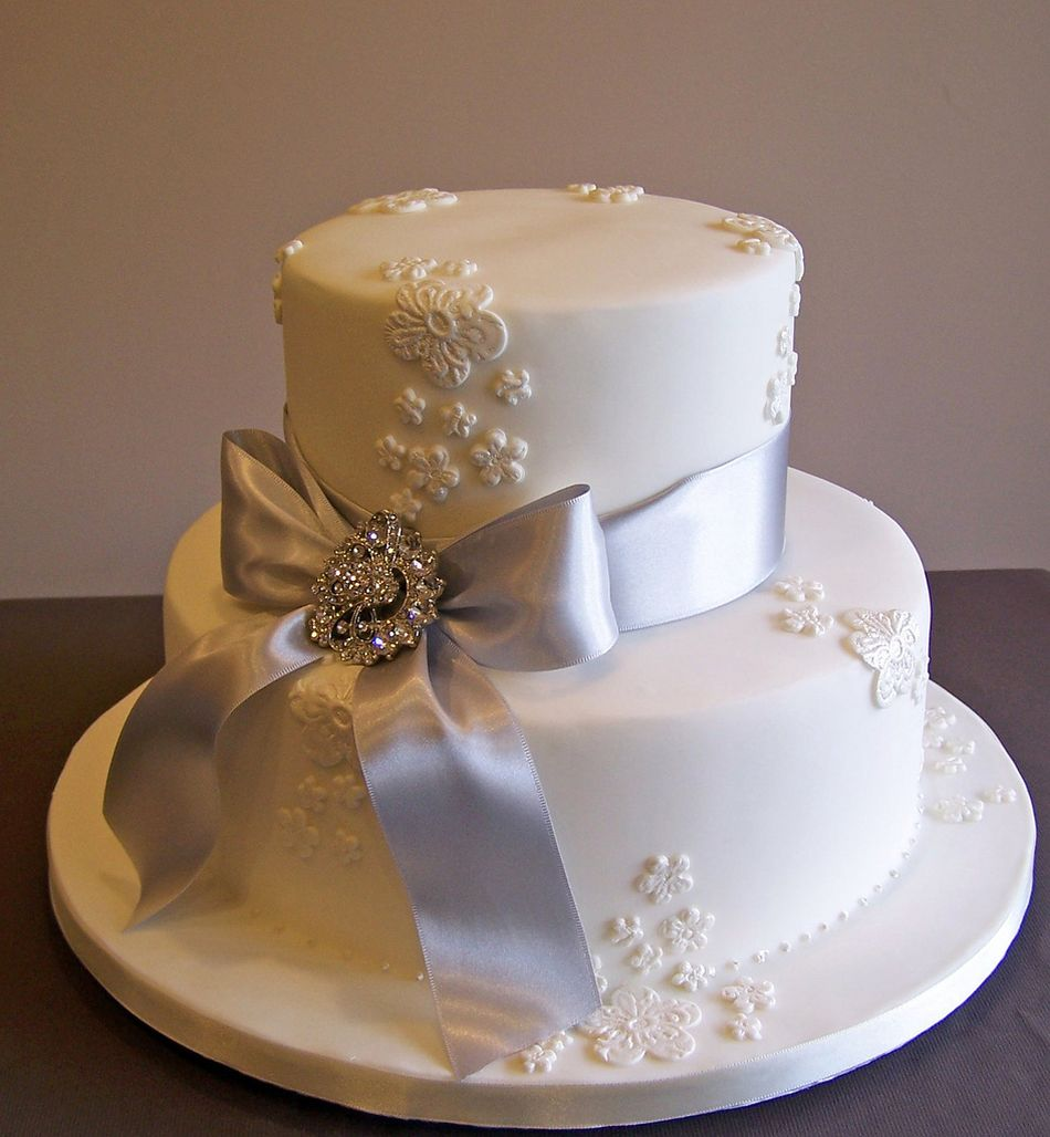 Beautiful anniversary cake for Anniversary cake decoration